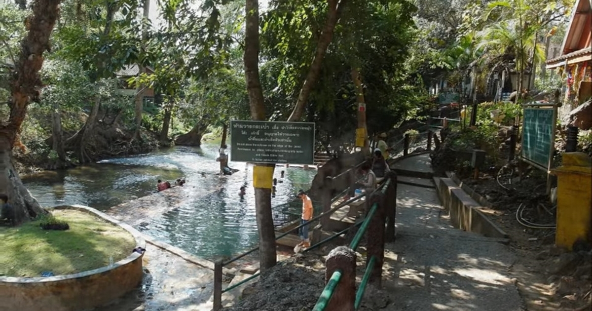 Hin Dat Hot Spring steps to the pool